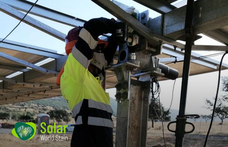 Reparación de trackers en la Planta Solar de La Nava, en Puertollano.